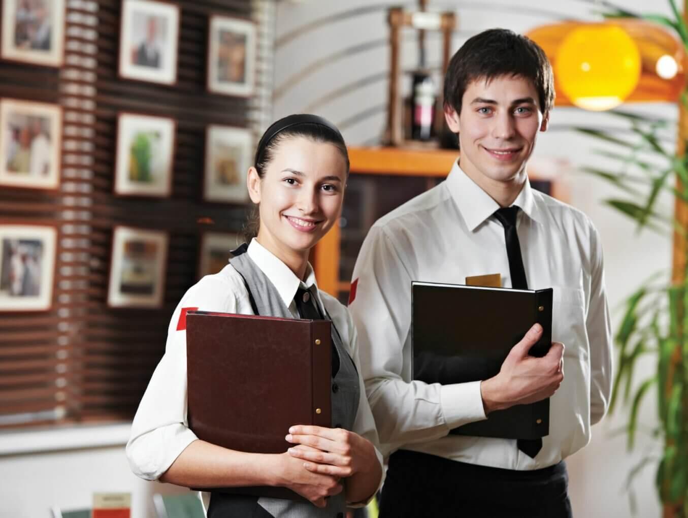 Как научить официантов улыбаться?