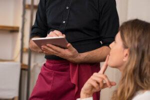 научить официантов продавать
